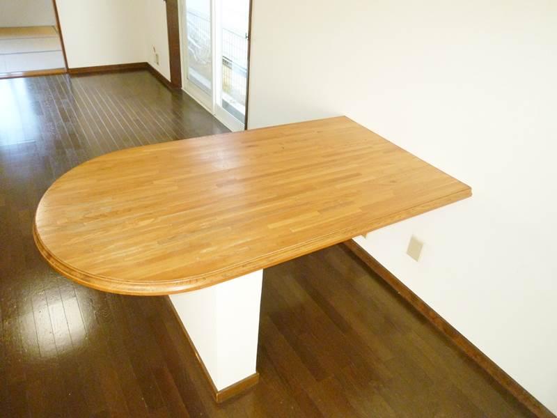 LDK備え付けのテーブル
