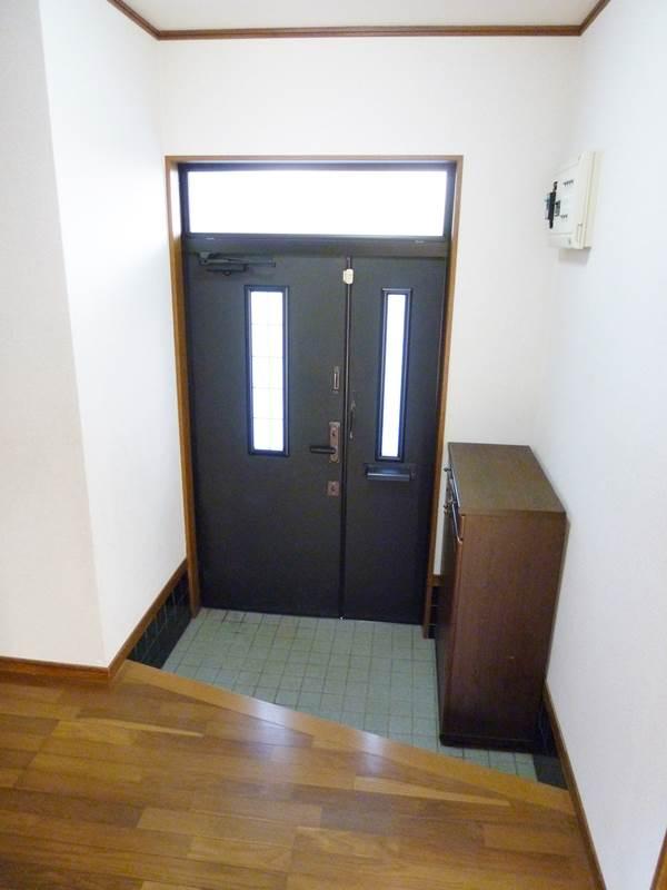 室内側より見た玄関の要す