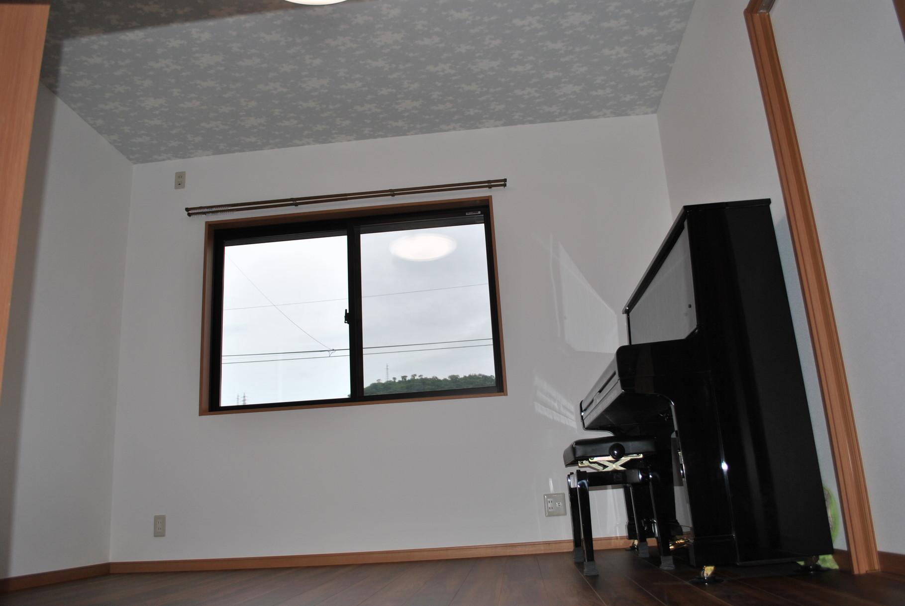 ピアノが似合う洋室に!掃出し窓を中連の複層断熱窓に変更