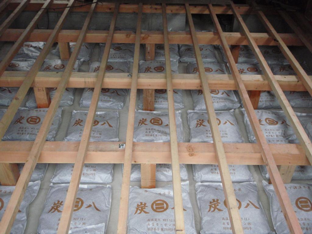 床下は湿気対策で炭八敷設