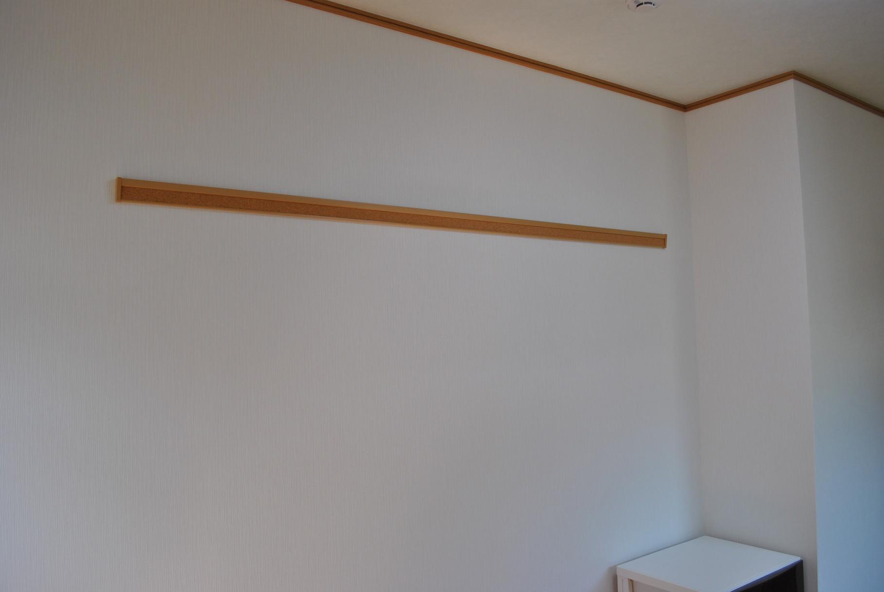壁にはハンガーや画鋲も刺せる優れもの、ピンタックハンガーを取り付けました