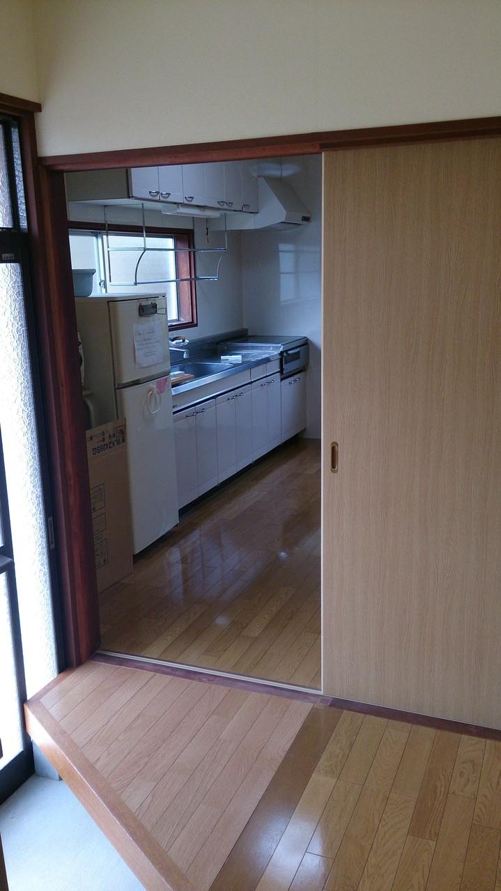 玄関から部屋に入る入口が変わったので玄関には台形の廊下を作りました
