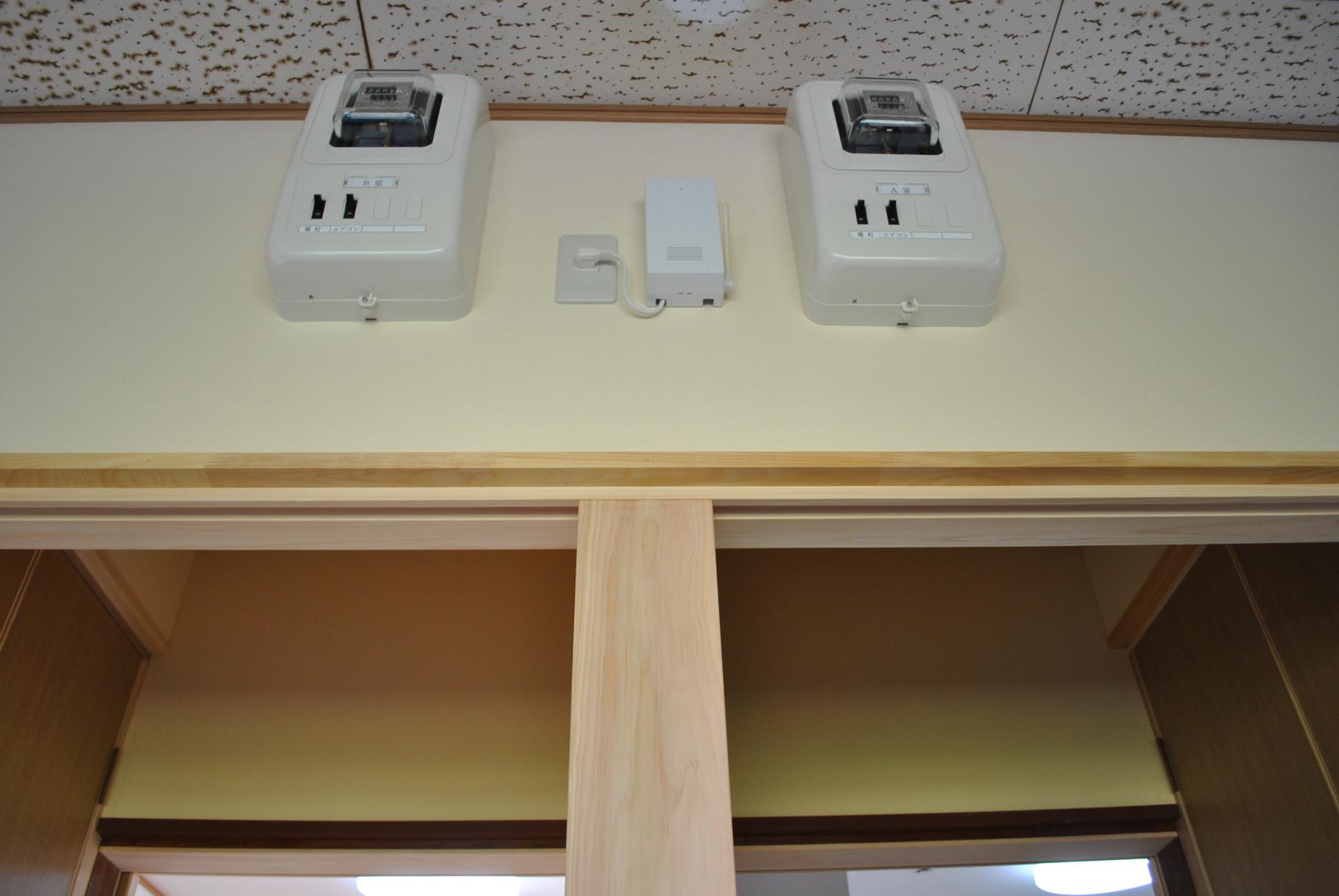 照明はLEDライトで電気使用メーターも各部屋に一個づつ取り付けました