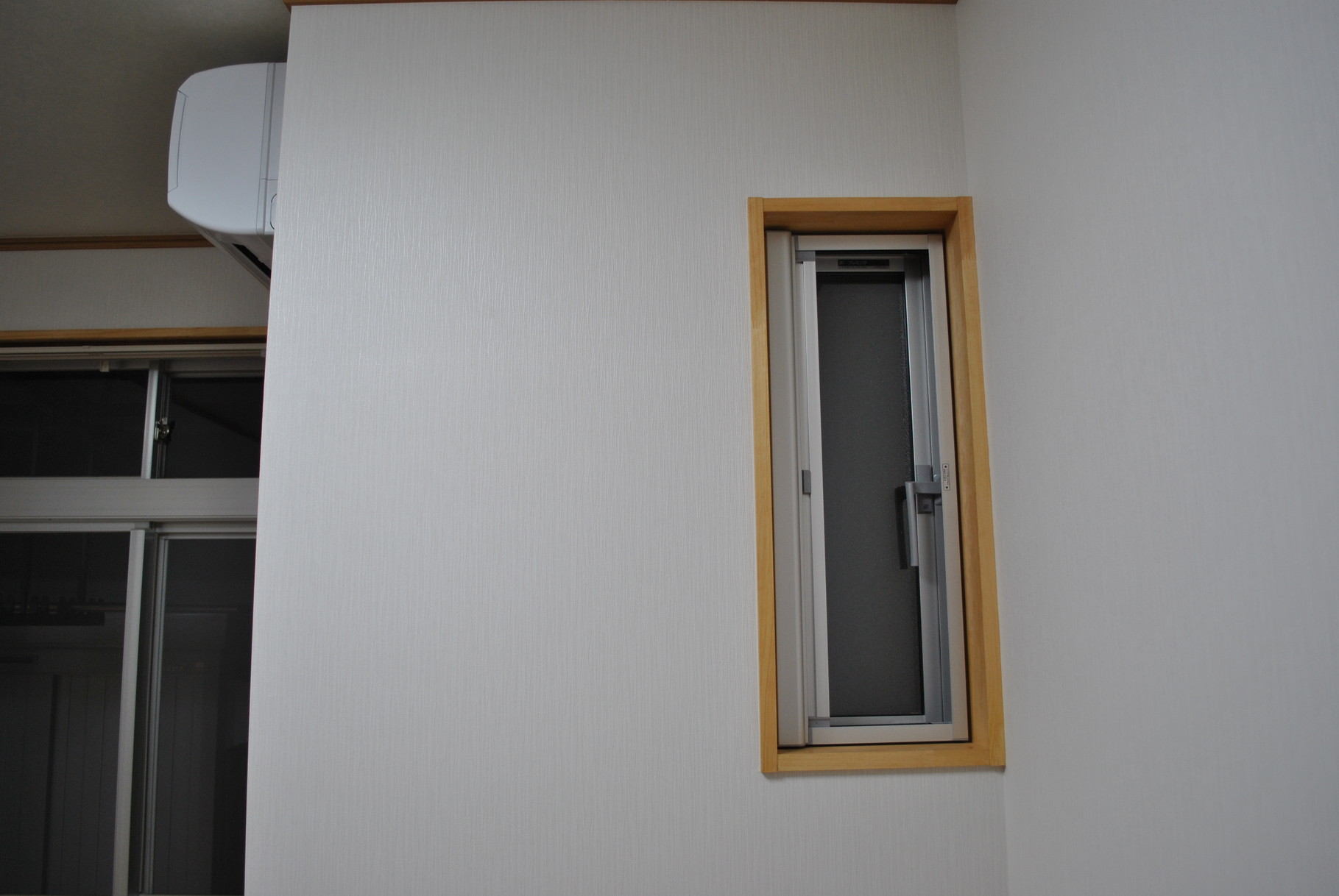 窓は明かり取りでYKKAPのすべり出し窓を採用