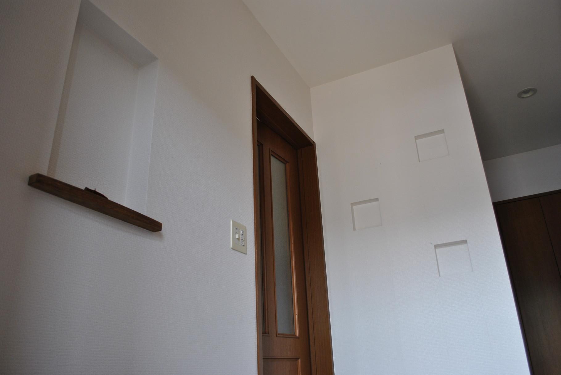 玄関横と正面の壁にはニッチを作成