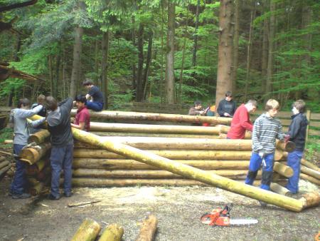 """Errichtung einer """"Laubblockhütte"""" im Frühjahr 2010"""