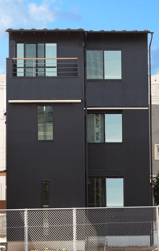 外観は黒のガルバリウム鋼板を使用してシックな雰囲気に