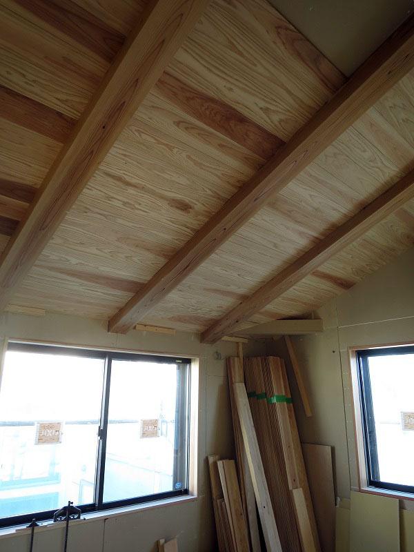 勾配天井に杉の羽目板の取付です