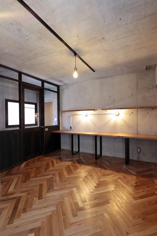 コンクリートのむき出しの壁や天井とレトロな雰囲気の照明がおしゃれな空間を演出しています