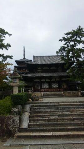 西岡棟梁が昭和の大修理で、創建してからはじめて解体修理された法隆寺。   山門と五重塔。   実際に訪れた時の写真です。