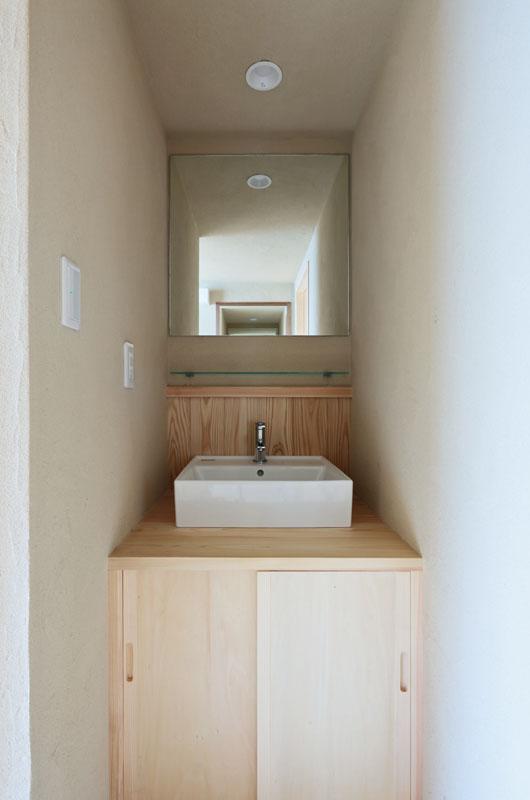 桧のカウンターとオーダーメイドの鏡が魅力の造作洗面化粧台