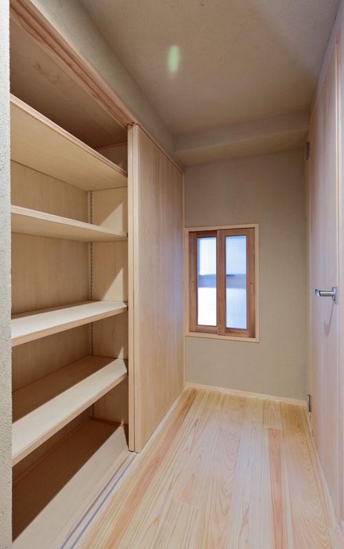 廊下には壁面収納を設置