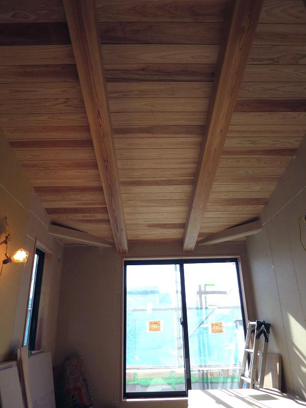 天井に杉の羽目板が取り付きました