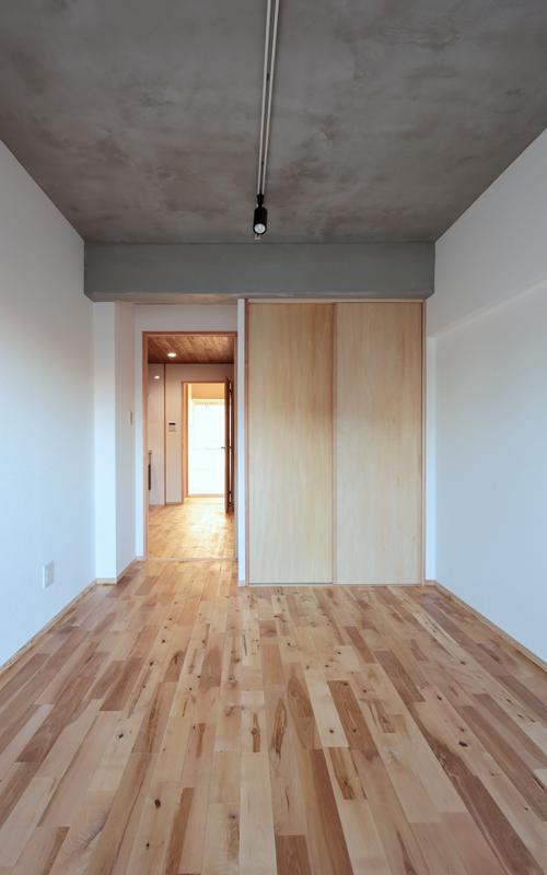 寝室の天井は、あえてコンクリートむき出しにすることで開放的な空間に