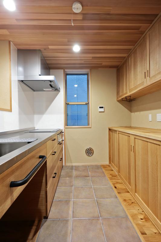 キッチンの床にはお手入れがしやすいタイルをチョイス