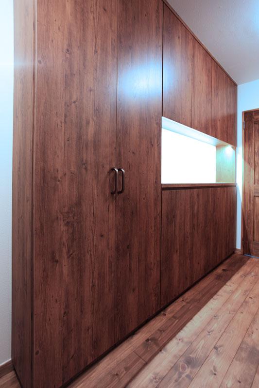 玄関前には間接照明がおしゃれな大きな収納家具を配置してワンランク上の上質な空間を演出しています