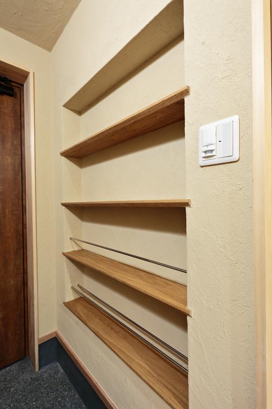 玄関横の壁面収納