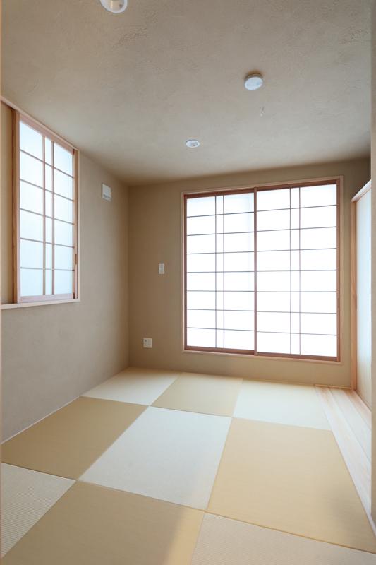 都心では少なくなった畳のある部屋は、琉球畳を使用して落ち着いた雰囲気に