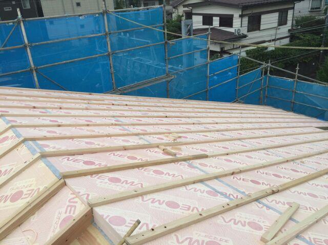 屋根断熱の上に通気垂木を施工しています