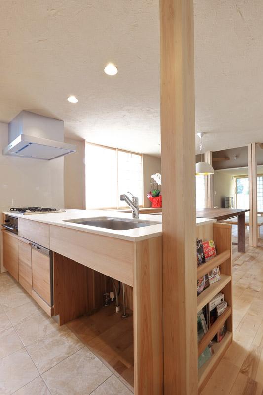 キッチンの面材には秋田杉 官木の赤柾目を使用