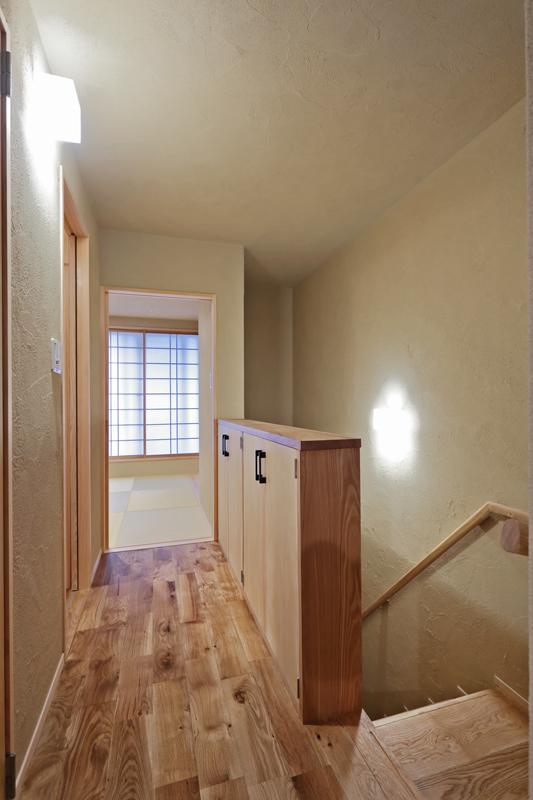 3階の階段付近の収納スペースは元々、手摺りにする予定でしたが収納を多く取り入れるために造作家具にしました