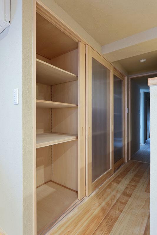 桧の框ドアを使用した大容量の収納スペース