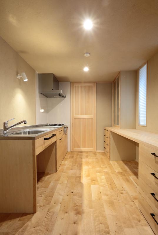1階の造作キッチンの面材には木曽ヒバを使用し、対面にある造作家具のカウンターには桧を使用