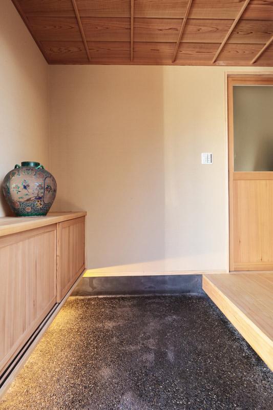 和の雰囲気漂う玄関の土間にはモルタルの洗い出しで仕上げています