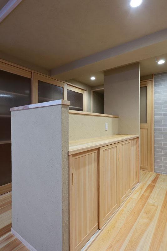 キッチン前の収納造作家具はカウンターや建具に桧を使用