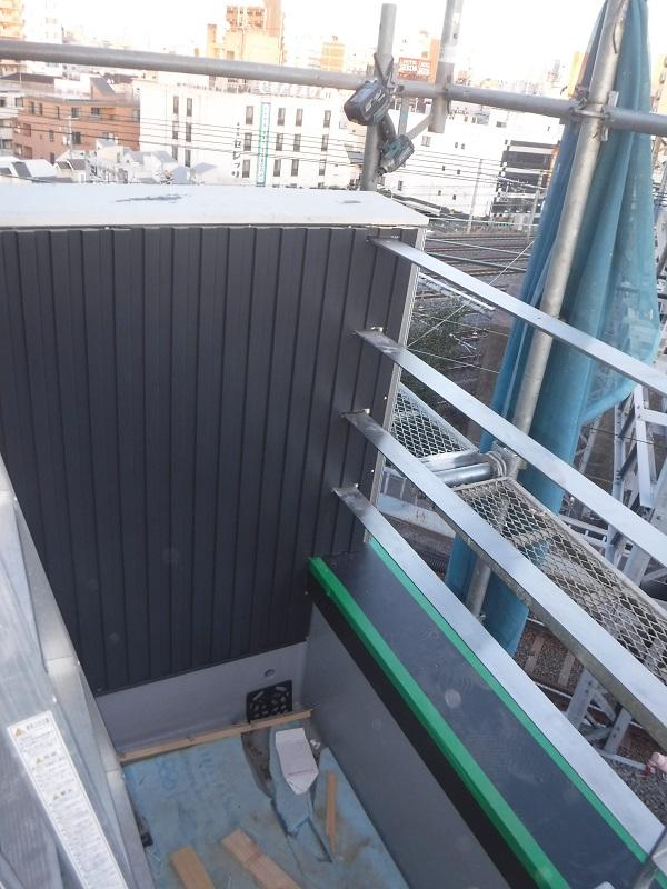 ステンレス手すりが取り付けられたら上から外壁仕上げのガルバリウムを張ります