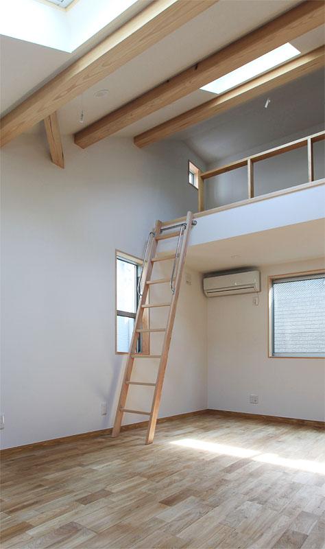 2階の子供部屋には片流れ屋根の勾配を活かしてロフトを設置