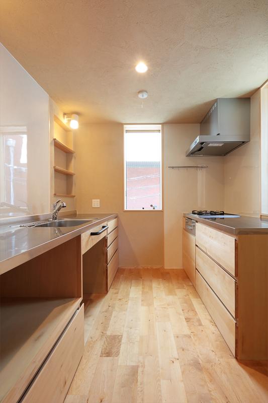 2階キッチンは木曽ヒバを使用したオーダーメイドのキッチン