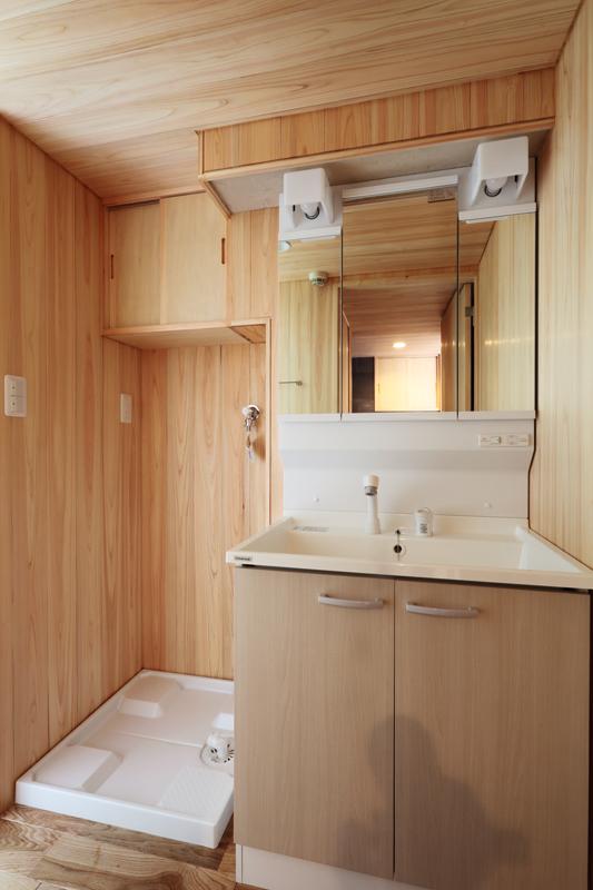 洗面室の壁と天井には桧の羽目板を使用