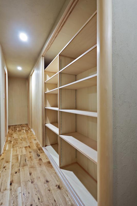 1階廊下には大容量の造作壁面収納を設置して狭小地でもゆとりのある収納スペースを確保