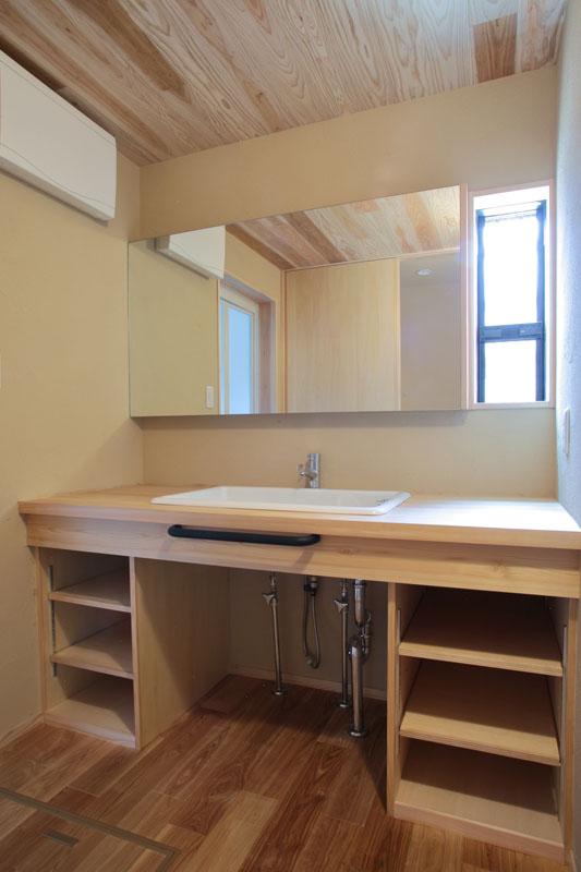 洗面室には桧を使用した造作の洗面台と大きな鏡