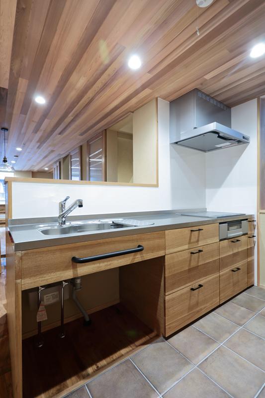 大工が造った造作キッチンは面材にナラ材を使用