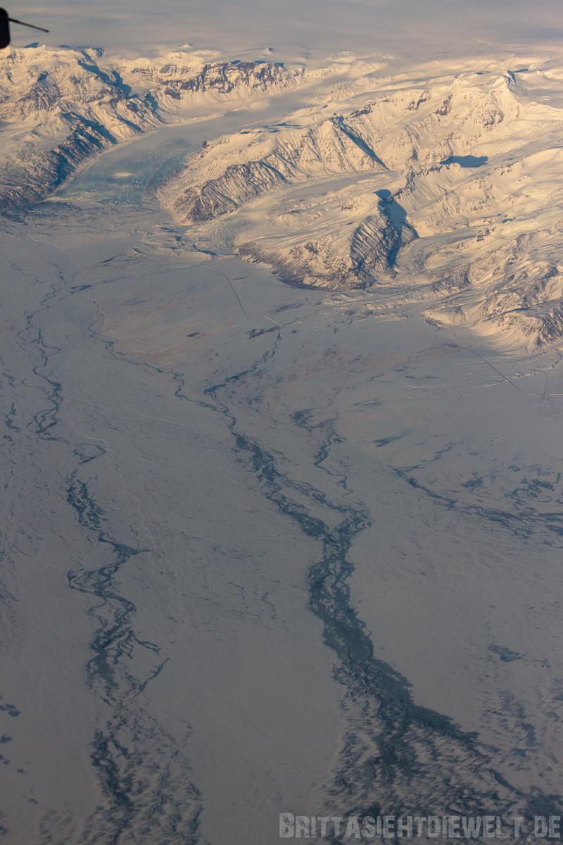 Gletscher des Vatnajökull Gebirges mit dem Nationalpark Skaftafell mit Svartifoss Wasserfall.
