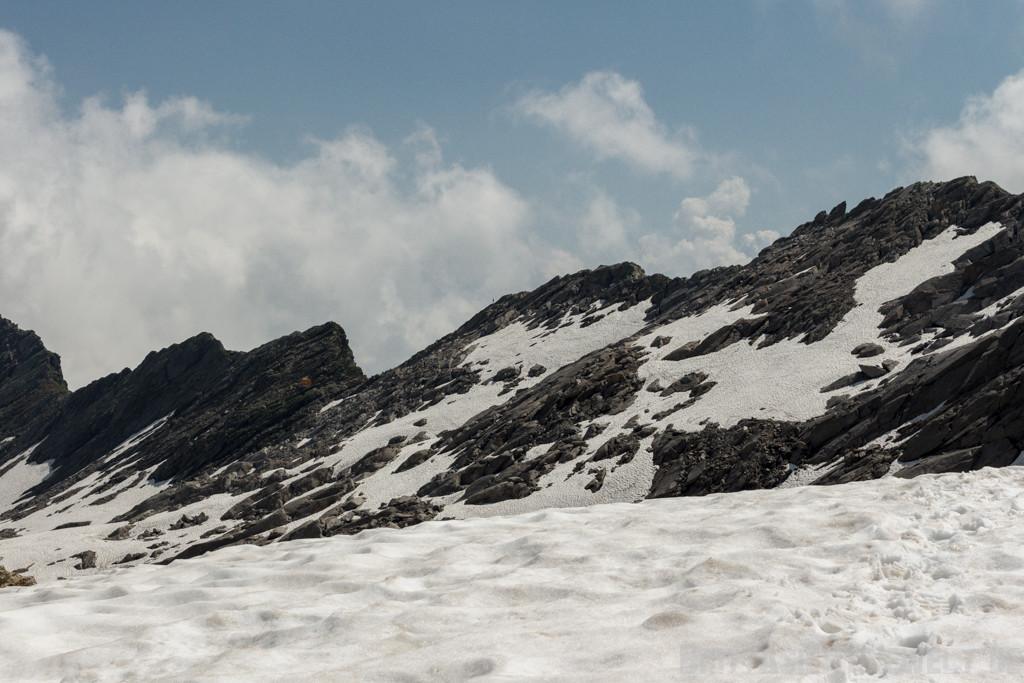 Das Biwak ist in Sicht, klein und gelb, mittig auf dem Felsen ist Liane zu sehen!
