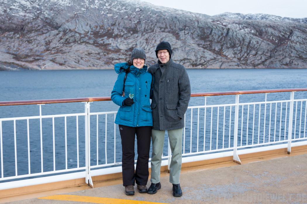 Polarkreisfoto...das Glas Sekt halte ich nur für die Fotografin ;o)