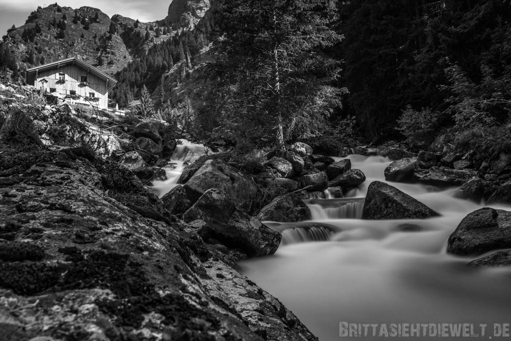 Zielbach und Nassereithütte in schwarzweiß