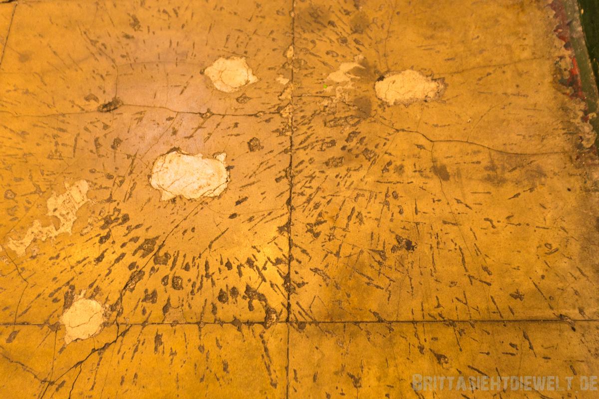 Handgranateneinschläge im Boden