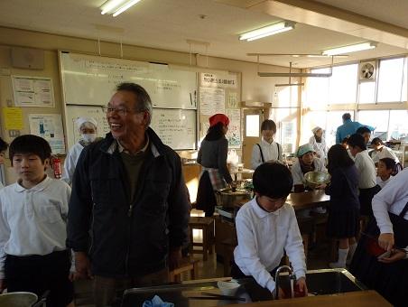協力してお片づけ。放課後の外遊びでも関わっている田中会長は児童と仲良しです。