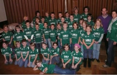 Insgesamt 100 Jungen und Mädchen bedanken sich für neue Trikots