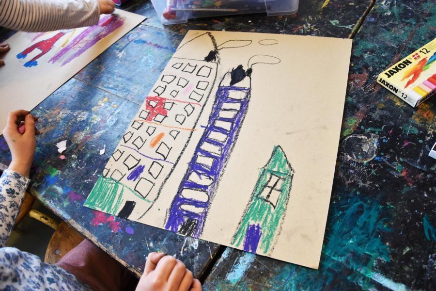 ...wird auf die untere 2. Pappe eine Stadt gemalt. Der Himmel wird ebenfalls mit Holzbeize gefärbt.