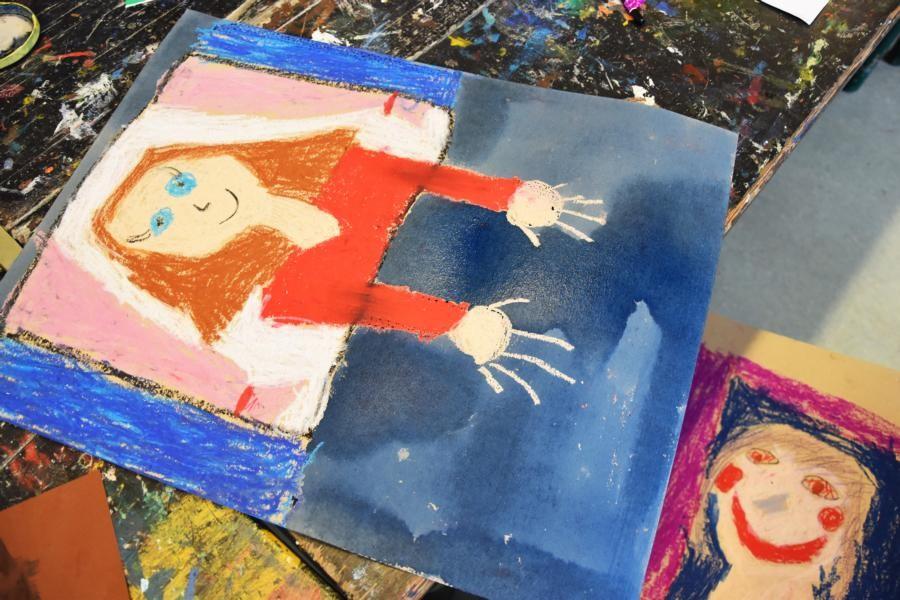 Den Hintergund des Bildes mit blauer Holzbeize ( Himmel) bemalen.