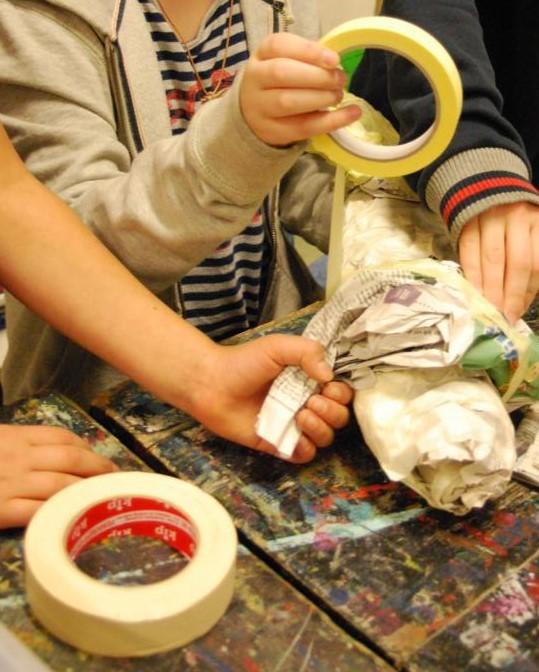 Zeitungspapier wird mit Malerkrepp umwickelt und die Form fixiert.