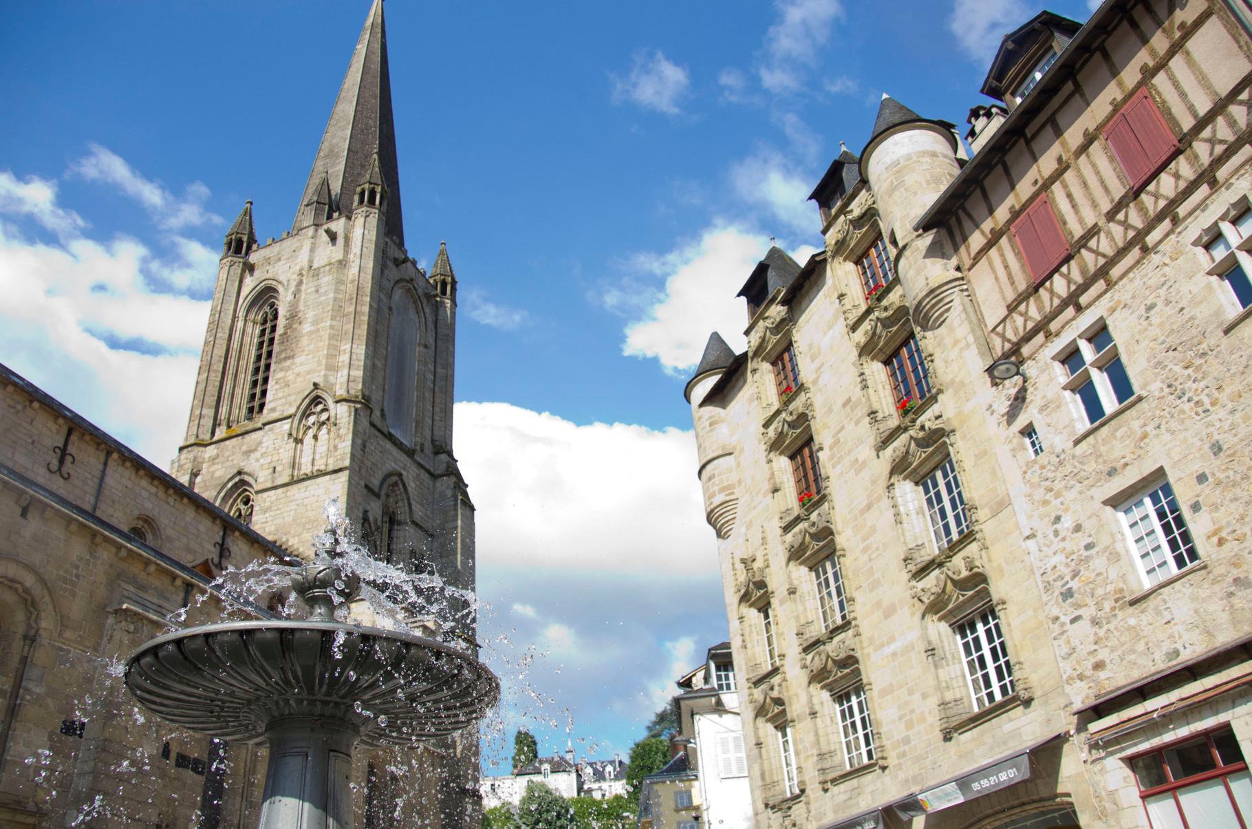 """Tulle: la cathédrale et la maison """"LOYAC"""""""