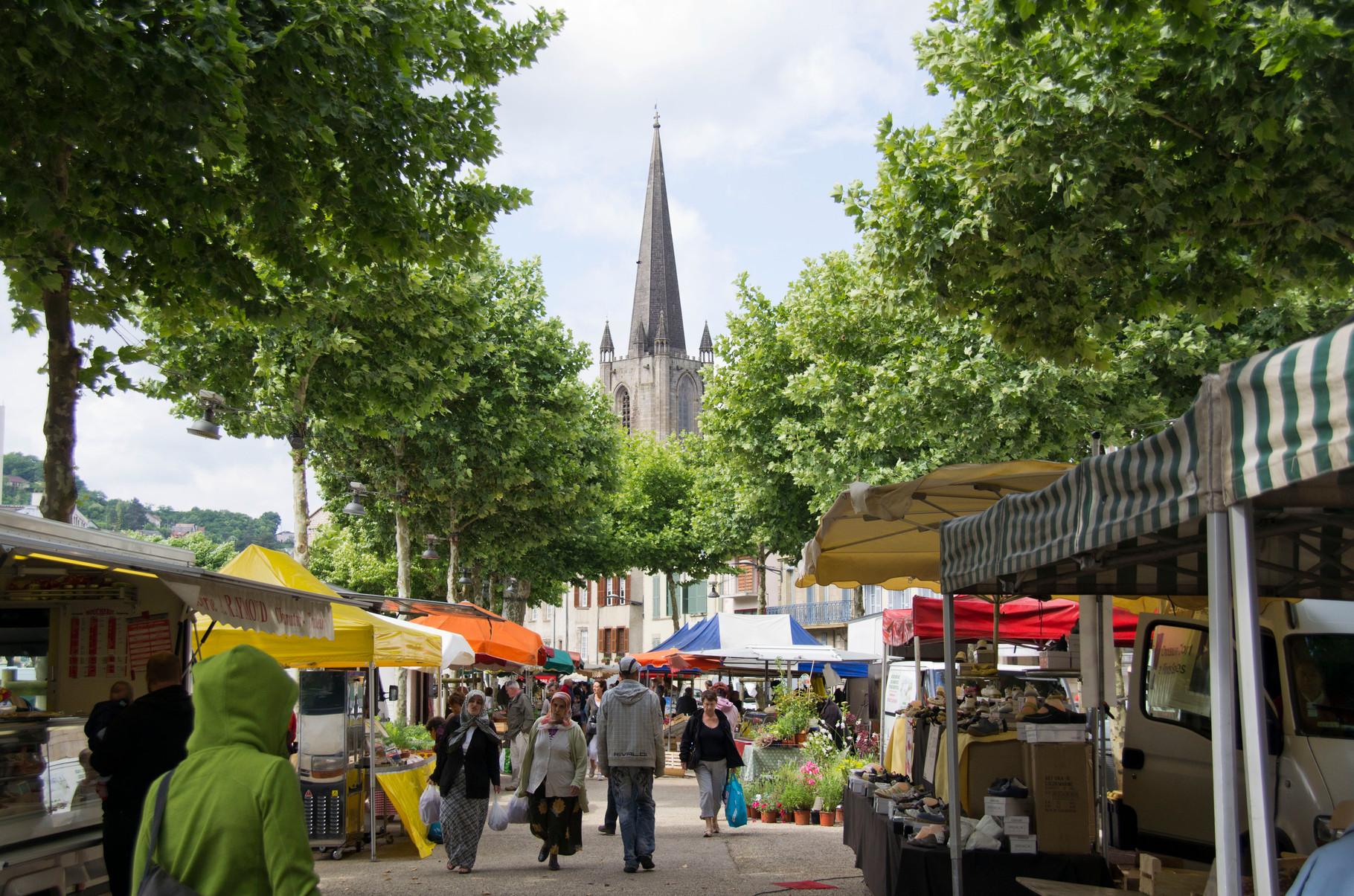 Tulle: le clocher de la cathédrale et le marché