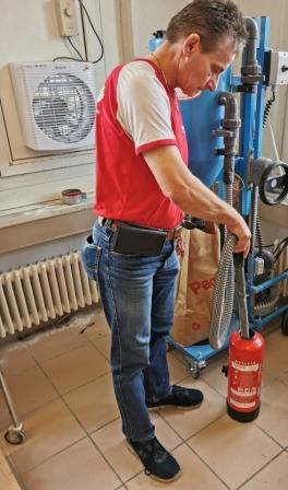 Pulver absaugen / Neufüllen wenn gebraucht / Angestochen oder alte Löscher zum entsorgen