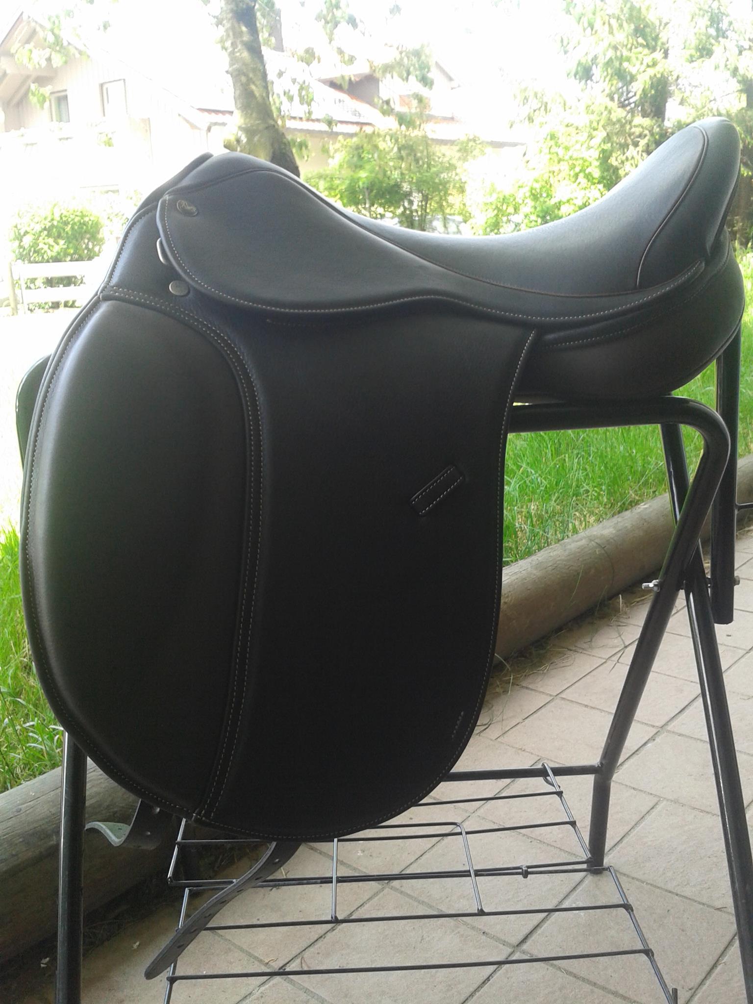 Leonhard Premium in schwarz mit Pauschen, Kissen und Keder africano und Naht beige